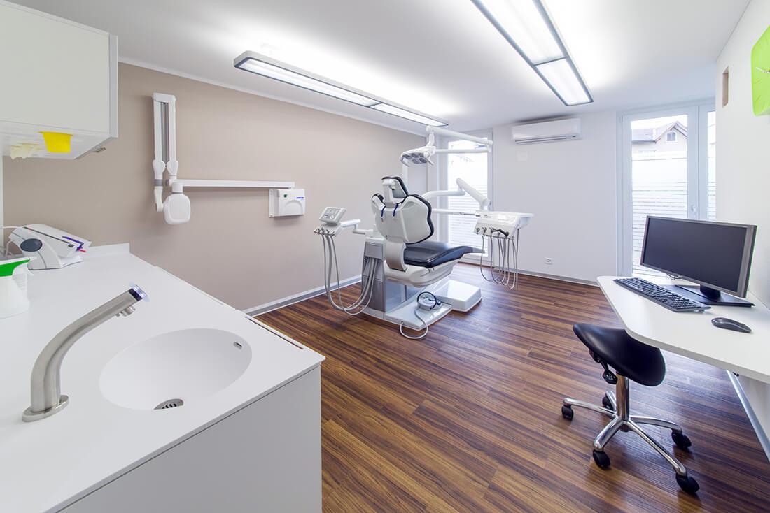Zahnarzt-Waengi-Kutschy-Behandlungszimmer-b