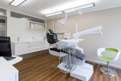 Zahnarzt-Waengi-Kutschy-Behandlungszimmer